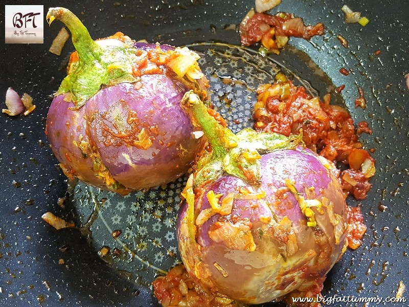 Preparation of Brinjal stuffed with Goan Prawn Recheio